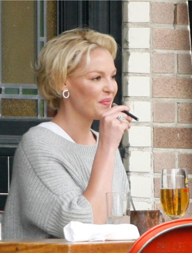 katherine heigl avec cigarette électronique